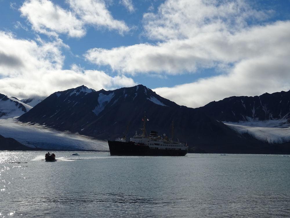 Hurtigruten-Nordstjernen-glacier