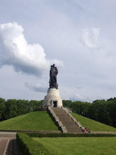 Treptower Park-mausoleum-soldier-Berlin