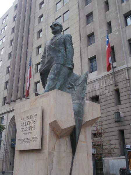 Chile - Santiago de Chile - Monumento a Salvador Allende frente al Palacio de La Moneda
