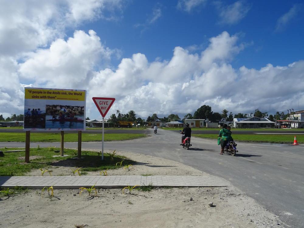 Tuvalu - Aeropuerto de Funafuti - caminando en la pista de los aviones
