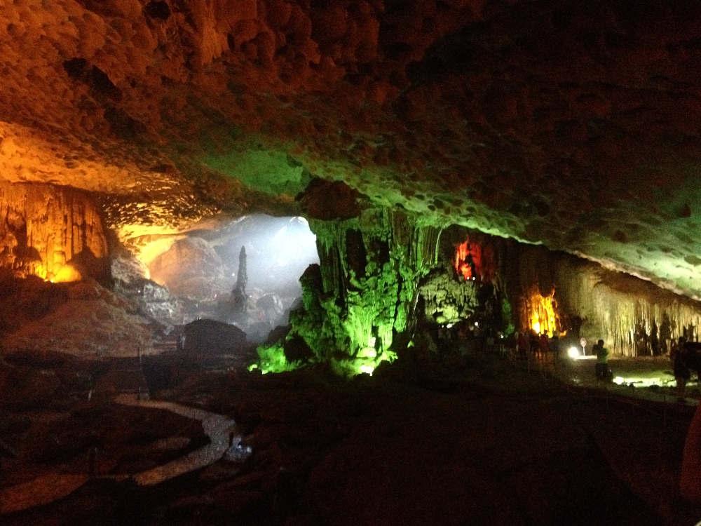 """Vietnam - Bahía de Ha Long - Cueva de Thien Cung """"oscuridad y luces"""""""