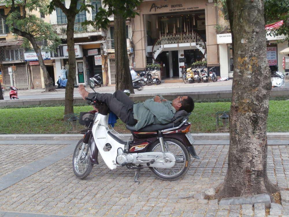 Vietnam - Hanoi - hombre durmiendo en scooter