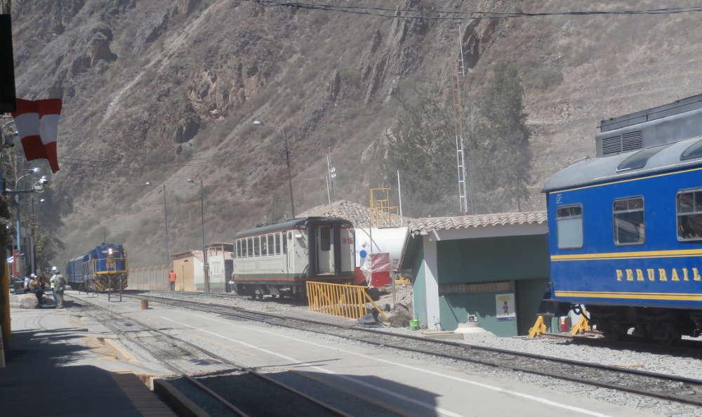 Perú - Tren Perurail a Machu Picchu en la estación de Ollantaytambo